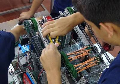 Cambian juguetes por robots y van al mundial: genios representan al país