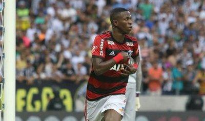 Doblete de Vinicius pone al Flamengo como puntero en Brasil