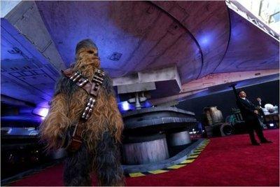 La nave de Star Wars aterriza en la premiere de Solo en Hollywood