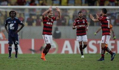 Flamengo se clasifica a octavos y Emelec se despide
