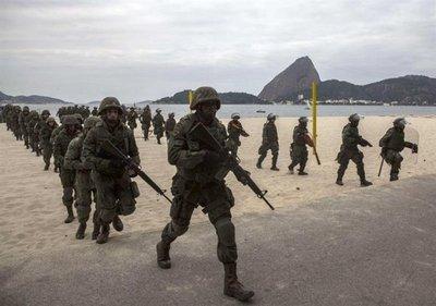 Militares huyen a pie de una favela de Río al quedarse sin gasolina
