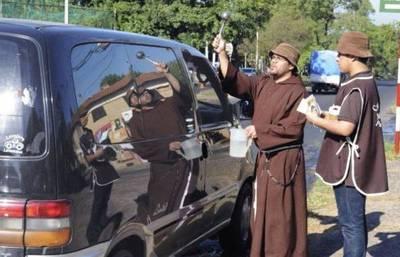 Hermanos capuchinos realizan tradicional bendición de vehículos