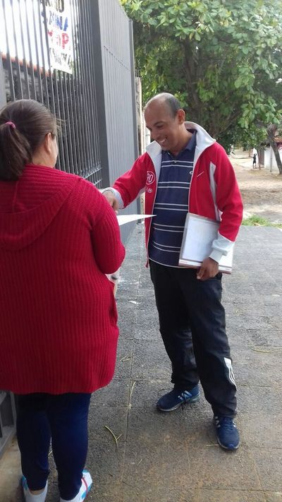 Venezolano reparte cartas pidiendo que le den trabajo