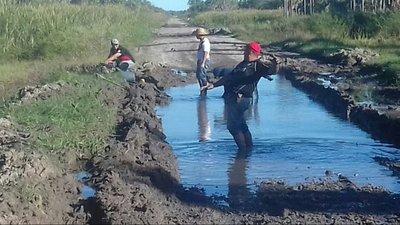 Ante la ausencia del Estado, voluntarios arreglan caminos