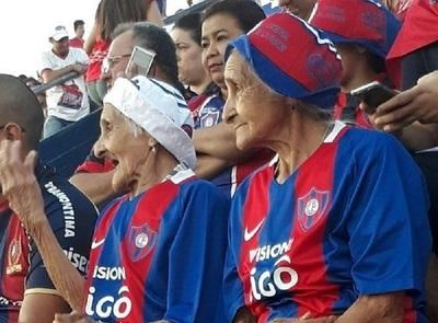 Fieles a su pasión, fanáticas celebraron sus 91 años con la azulgrana