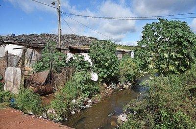 Cateura: Denuncian que residuos filtra líquido tóxico al río