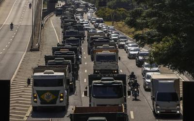 Camioneros brasileños bloquean carreteras del país por suba de combustibles