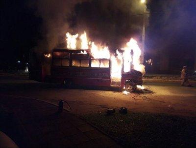 Ómnibus se incendió en plena vía pública