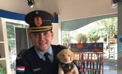 HOY / Policías rescatan a perra y la adoptan como mascota