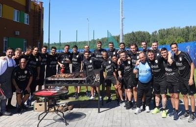 Selección uruguaya celebra en Rusia con carne paraguaya