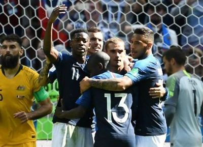 Francia se impuso ante Australia con un polémico penal cobrado mediante el VAR