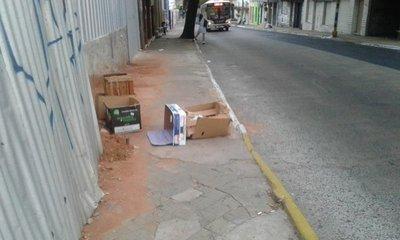 Cierran el paso con basura