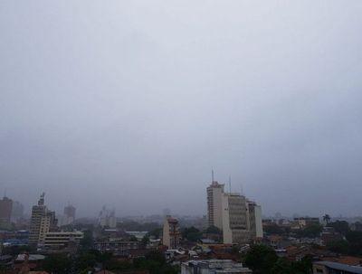 Clima fresco y lluvias dispersas para el martes