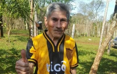 Un agricultor recibió la camiseta de Julio César Cáceres