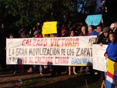 Zapateros se manifiestan contra calzados chinos