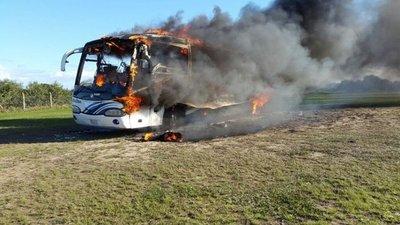 Bus ardió en refugio faunístico de la EBY