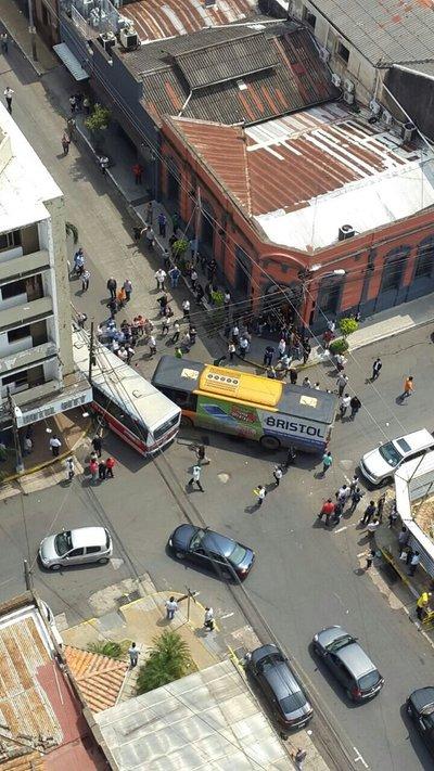 Buses de las líneas 20 y 12, involucrados en accidente fatal