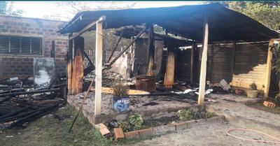 Docente se desmayó al ver su casita incendiada