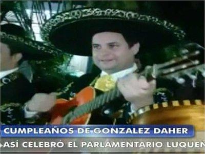 Llevan serenata a González Daher en su casa