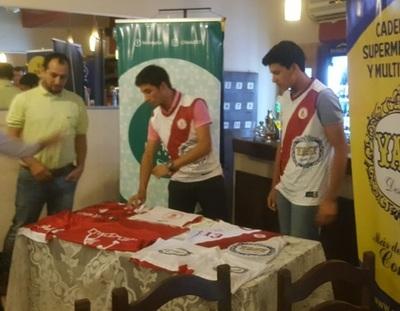 Integrantes de la selección de basketball de Concepción reciben indumentarias
