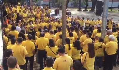"VIDEO: Con ""enjambre amarillo"" despiden a Aldo Zuccolillo"