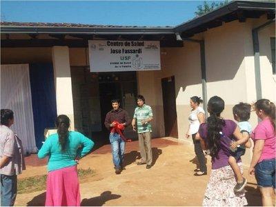 Concejal retira cinta roja durante acto en centro de salud