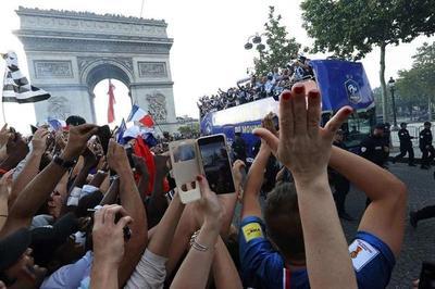 El Campeón del Mundo llegó a Francia y fue recibido por una multitud