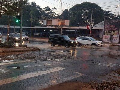 Calles céntricas inundadas de líquido cloacal