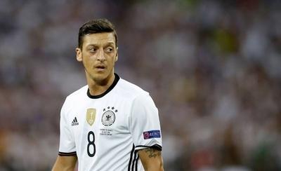 HOY / Özil alude racismo y se aparta de la selección alemana