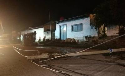 HOY / Vehículo derribó columna y volcó en Fernando de la Mora