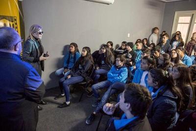 Estudiantes visitan la Casa de las Artes visuales para conocer la historia del cine nacional