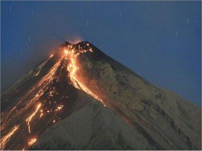 El Volcán de Fuego tiene una explosión fuerte y avalanchas