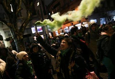 """El """"no"""" al aborto en Argentina, entre la """"emoción"""" y la """"lucha"""" que continúa"""