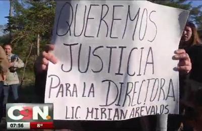 Padres del colegio Bienvenido Osorio de Ñemby defienden a su directora