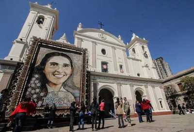 Retablo de Chiquitunga se exhibe frente a la catedral de Asunción