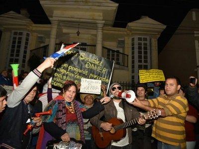 Intensa manifestación hasta que renuncie Óscar González Daher