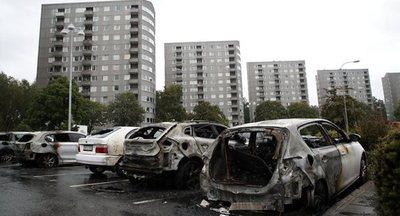 Cerca de 80 vehículos dañados en un incendio premeditado en oeste de Suecia