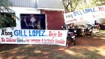 """Escrachan a abogado Gil López por aprovecharse de """"sin techos"""""""