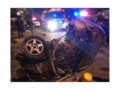 Chocó y su auto se partió en dos, ella se salvó