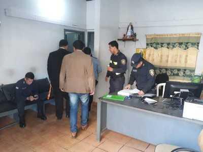 """Policías de la comisaría 1ª se confabulan con """"pirañitas"""" y roban R$ 12.500 a turista brasileño"""