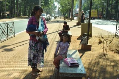 Niños indígenas pasaron  su día pidiendo limosna