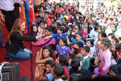 Sandra agasajó a niños por su día en festejo multitudinario en CDE.