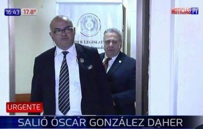 Óscar González Daher finalmente salió de oficina pero no habló