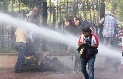 Dos policías imputados por agresión a la prensa