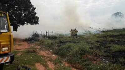 Bomberos sofocan quema de baldío que peligraba viviendas