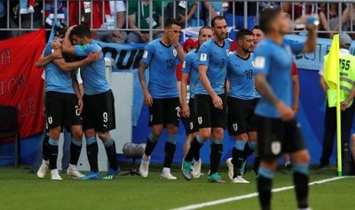 Uruguay golea a Rusia y pasa como líder del Grupo A
