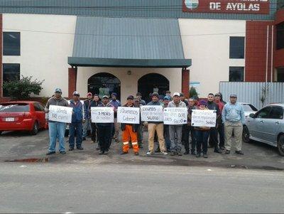 Funcionarios municipales de Ayolas en huelga por falta de pago