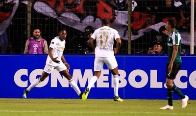 Liga de Quito aprovecha un error y vence al Deportivo Cali
