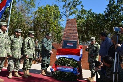 Emotivo homenaje a militares