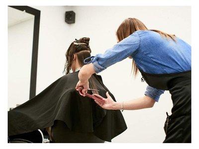 Pocas ya se cortan el cabello para honrar a Santa Rosa